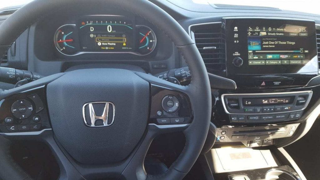 Driver's-cockpit view of a 2019 Honda Pilot