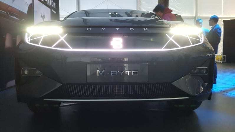 """Byton M-Byte Concept Front-view w/ white """"B"""" illuminated on grill"""