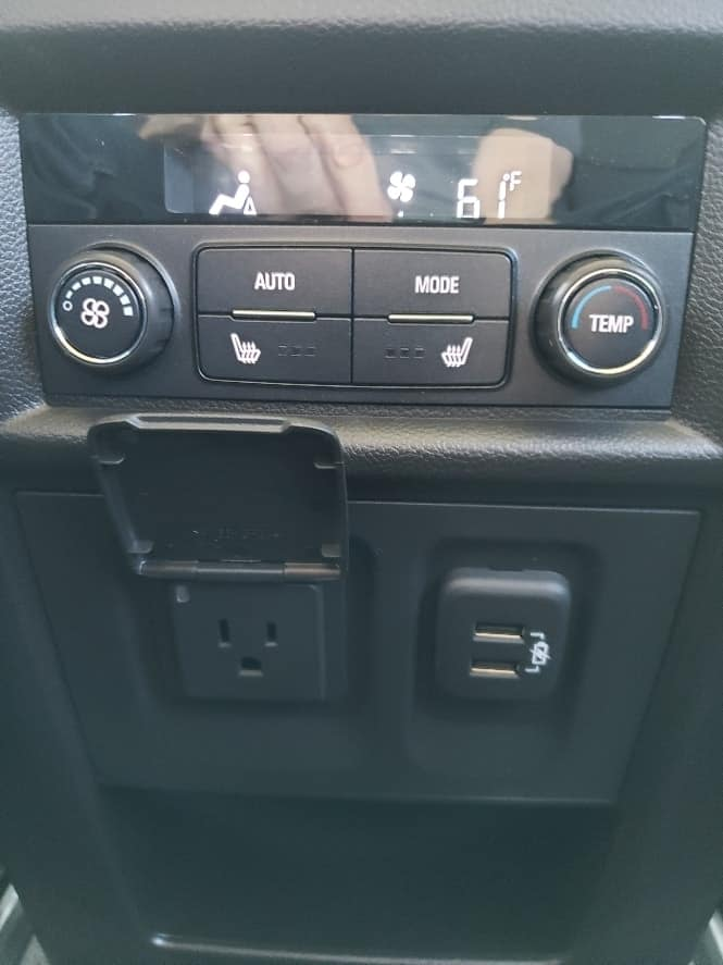 2nd row climate controls & connectivity ports 2019 Chevy Traverse review